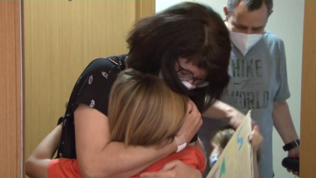 Una àvia abraça el seu nét a la fase 1