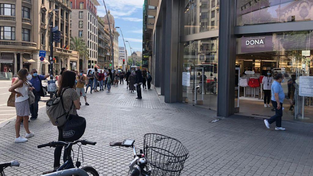 Cua per entrar a una botiga del centre de Barcelona