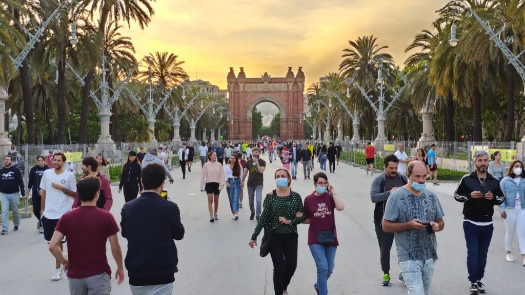 gent passejant i fent esport pg lluis companys arc de triomf