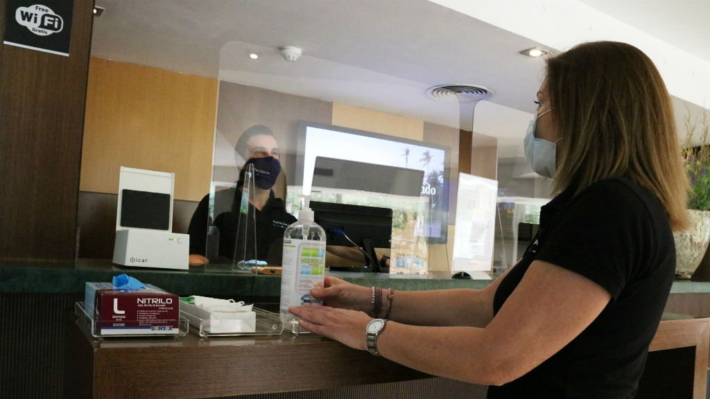 Directora de l'Hotel Catalonia Atenas de Barcelona a la recepció de l'establiment