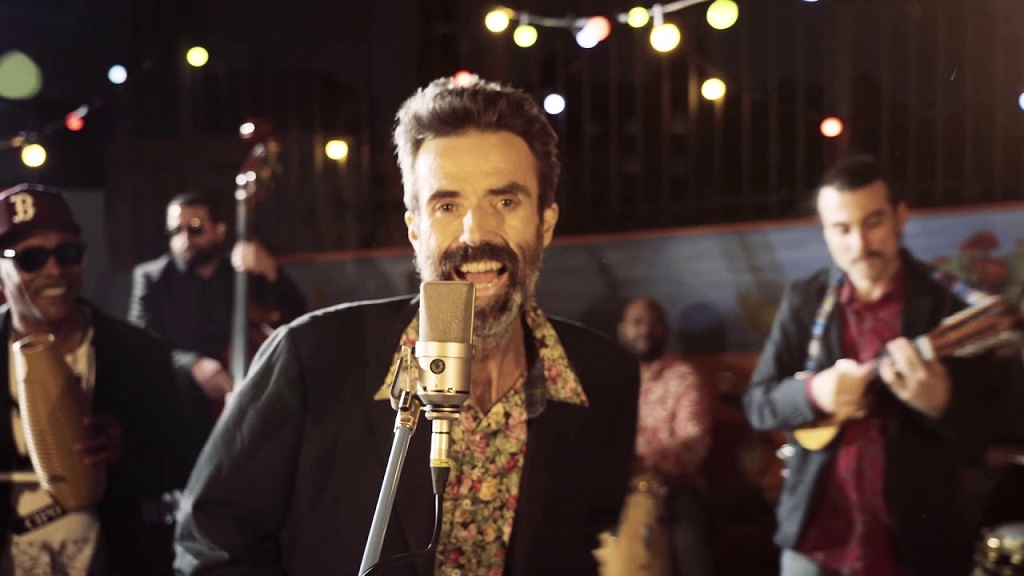 Pau Donés al videoclip 'Eso que tu me das'
