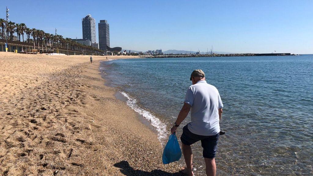 desescala gent gran a la platja