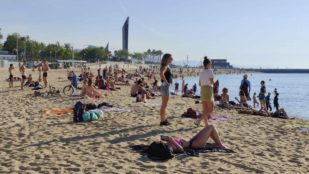 gent a la platja desescalada
