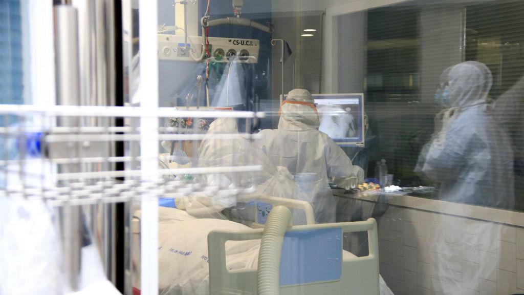 Professionals sanitaris atenent un pacient amb covid-19 en una UCI de l'Hospital del Mar el 15 d'abril de 2020