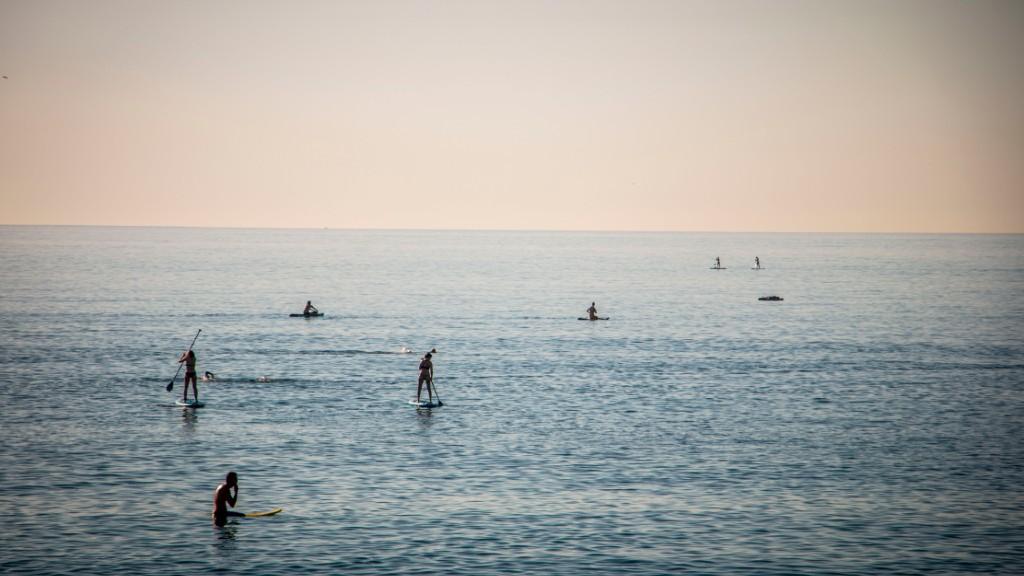 Esportistes padel surf platja desconfinament
