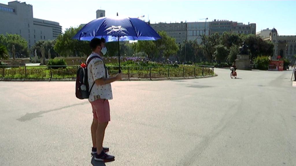 Un guia turístic espera clients