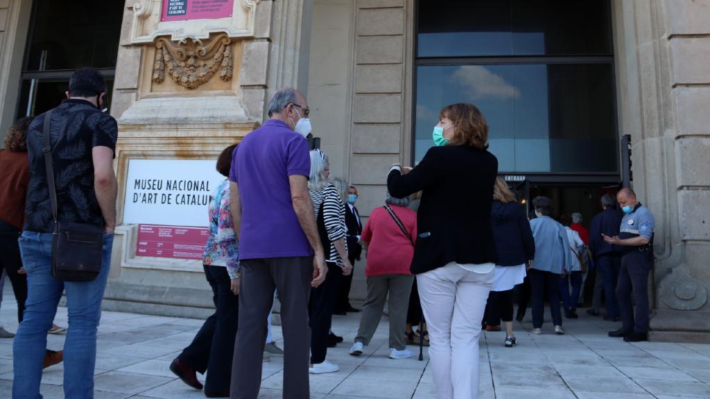 Visitants a l'exterior del MNAC el primer dia d'obertura després del tancament pel coronavirus
