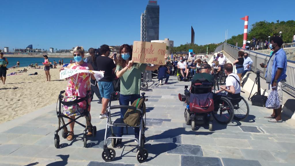 banyistes cadira de rodes a la platja concentracio