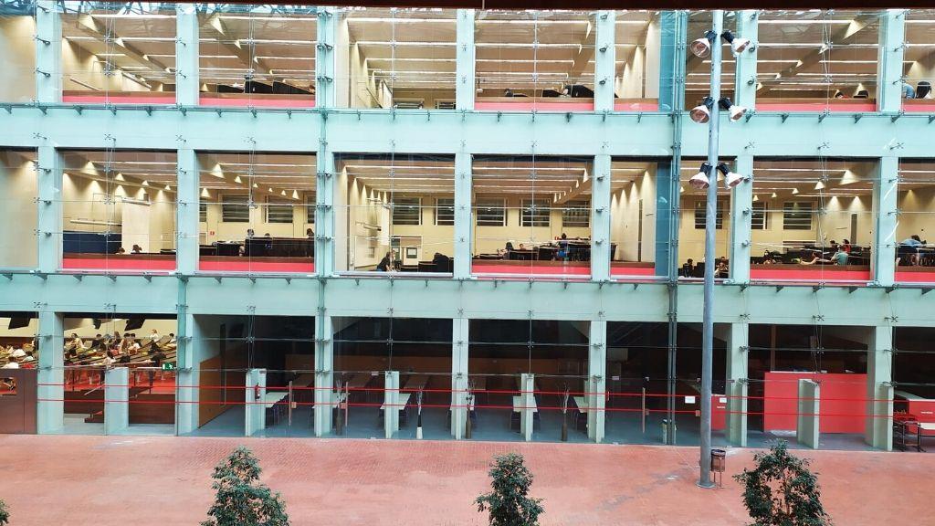 edifici upf amb diverses aules fent examens selectivitat
