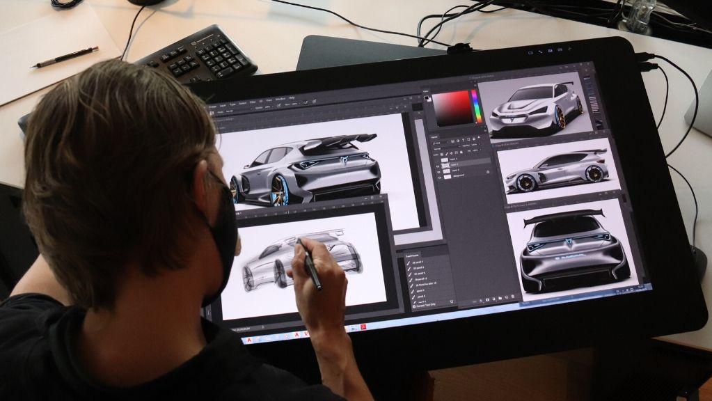 dissenyador seat dissenyant cotxe a l'ordinador