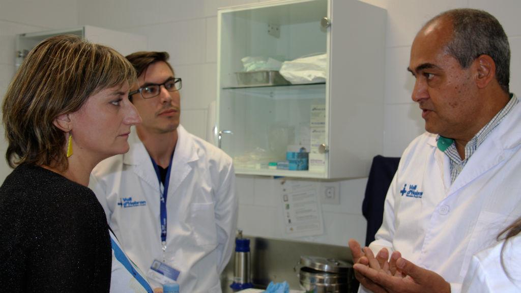 Imatge d'arxiu del doctor Benito Almirante conversant amb la consellera de Salut Alba Vergés