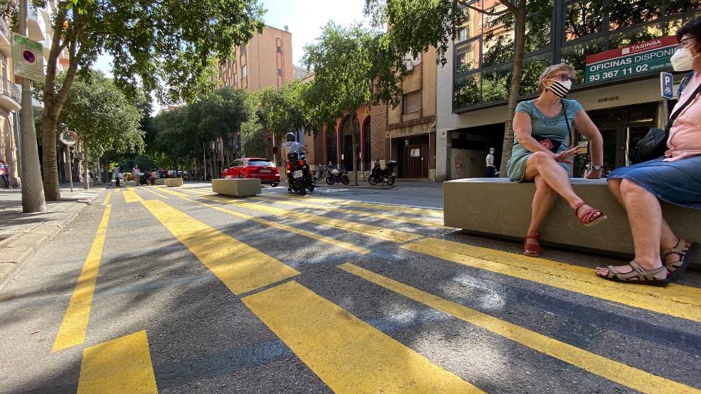 Bancs a l'espai pacificat del carrer de Consell de Cent