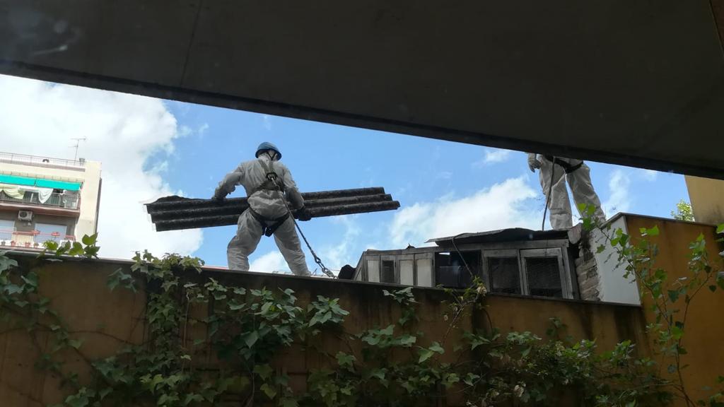 Retirada d'amiant d'una nau al carrer de Costa Rica