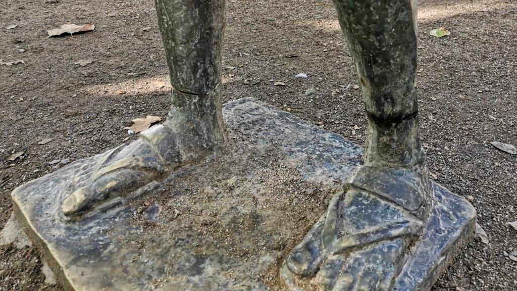 Turmell malmès de l'estàtua de Gandhi