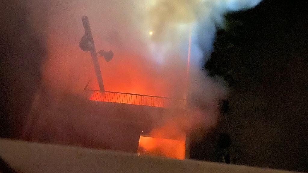Flames de l'incendi al Casal de barri del poblenou