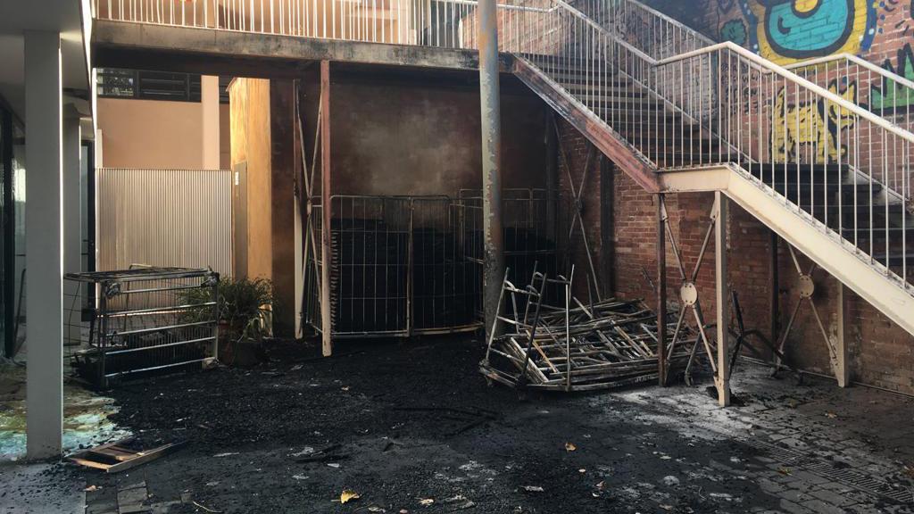 Restes de l'incendi al Casal de Barri del Poblenou