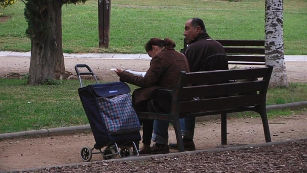 home i dona asseguts al banc