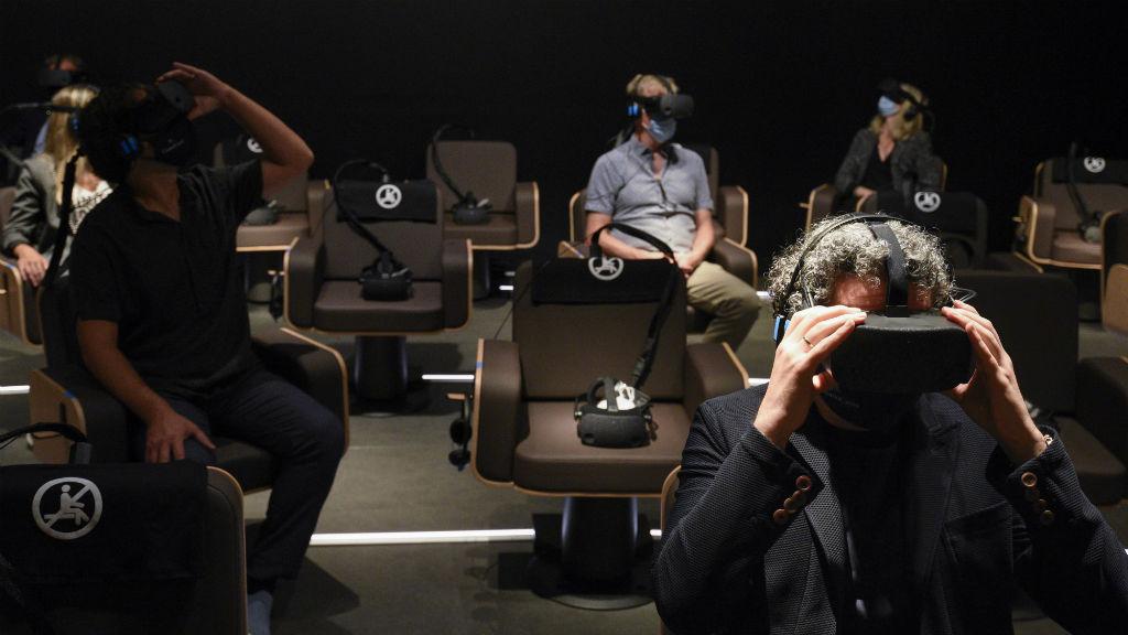 El director d'orquestra Gustavo Dudamel visualitzant l'obra Symphony amb ulleres de realitat virtual