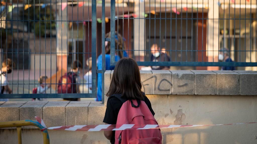 Alumna amb motxila a l'escola