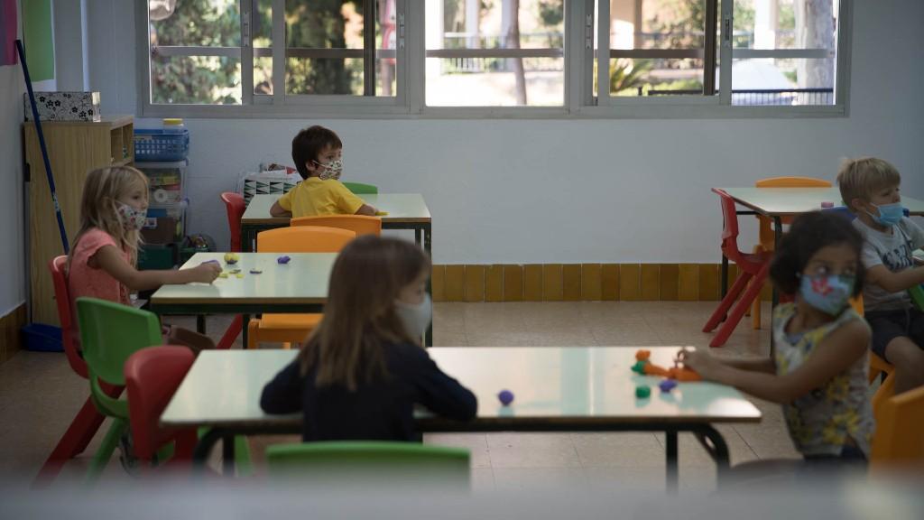 Alumnes amb mascareta classe escola
