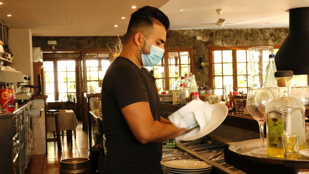 Treballador d'un restaurant amb mascareta
