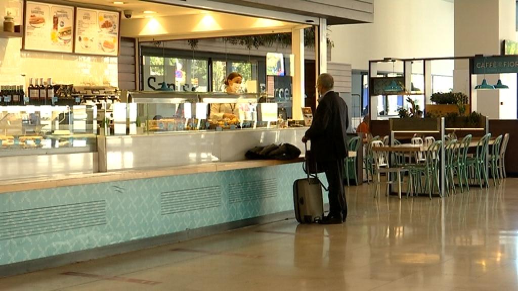 bar cafeteria buit de gent estació de Sants