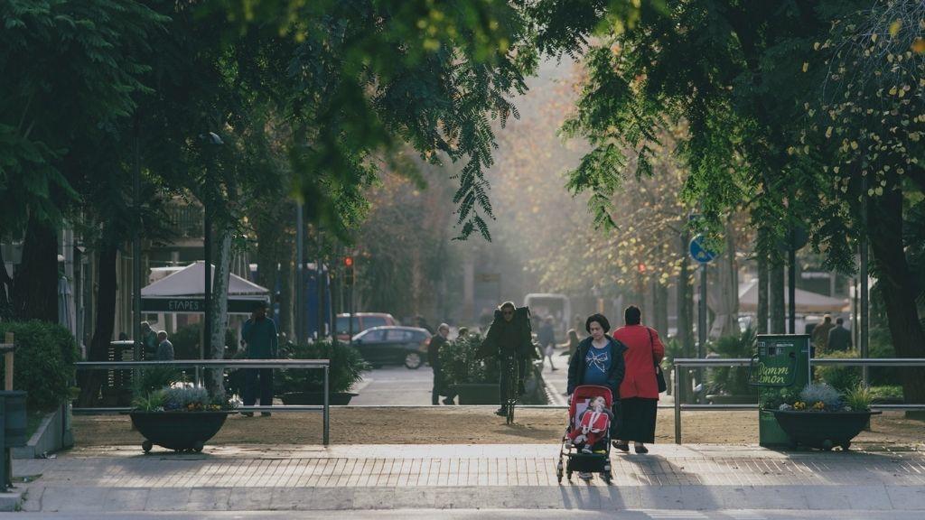 vianants i ciclistes creuant carrer aragó / letamendi / enric granados