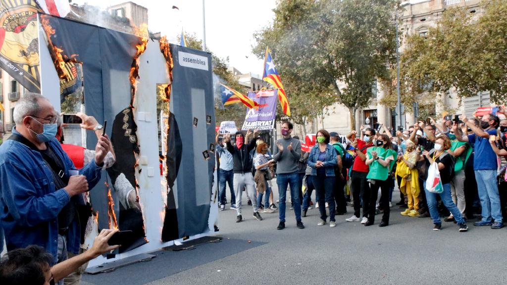 L'ANC crema una foto gegant del rei Felip VI