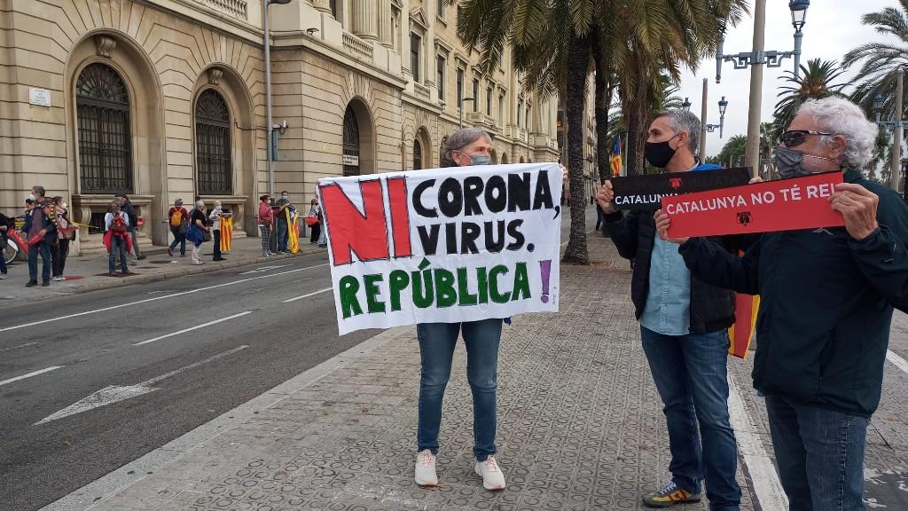 Pancarta cadena humana contra Felip VI