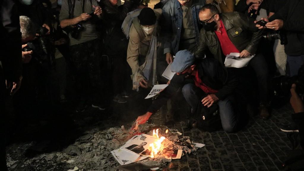 Participants a la concentració de l'ANC cremen imatges del rei Felip VI a la plaça de Sant Jaume de Barcelona