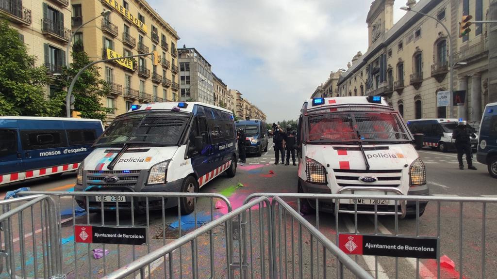 Furgonetes policials a què han llançat pigments de colors