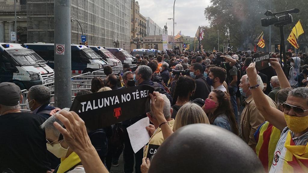Manifestants davant dels Mossos a Pla de Palau