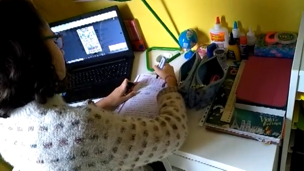 nena fent deures amb ordinador confinament