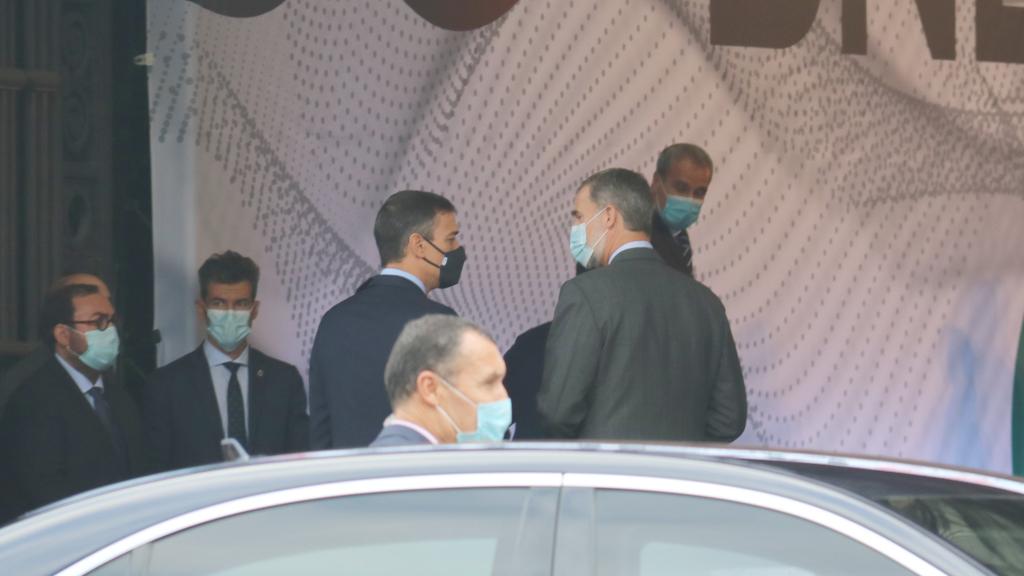 El rei Felip VI i Pedro Sánchez conversant