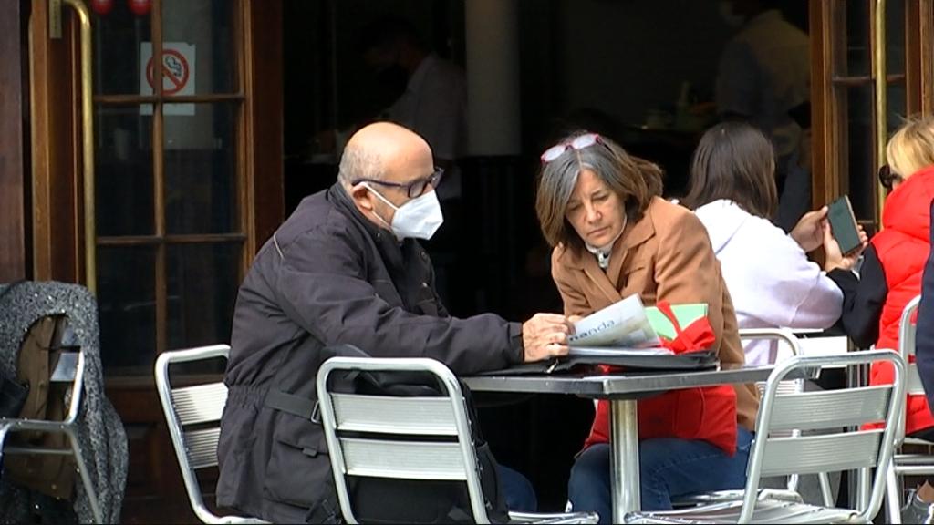 terrassa restaurant amb clients amb mascareta
