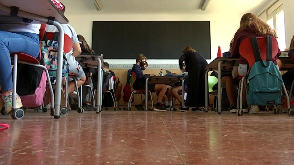 alumnes instituts a classe