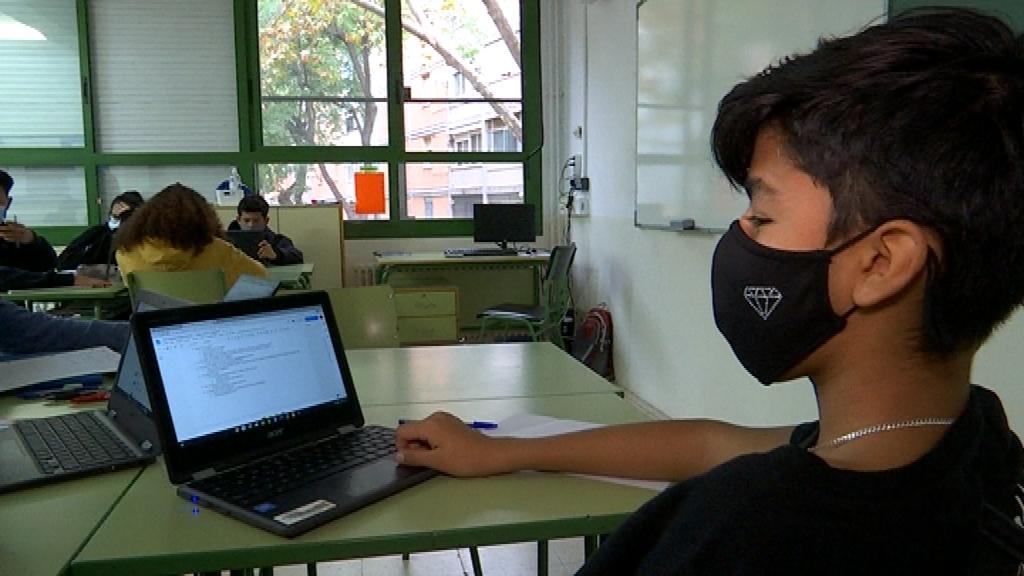 nen 3rESO davant ordinador portatil