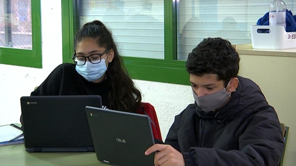 nois 3r ESO davant ordinadors portàtils