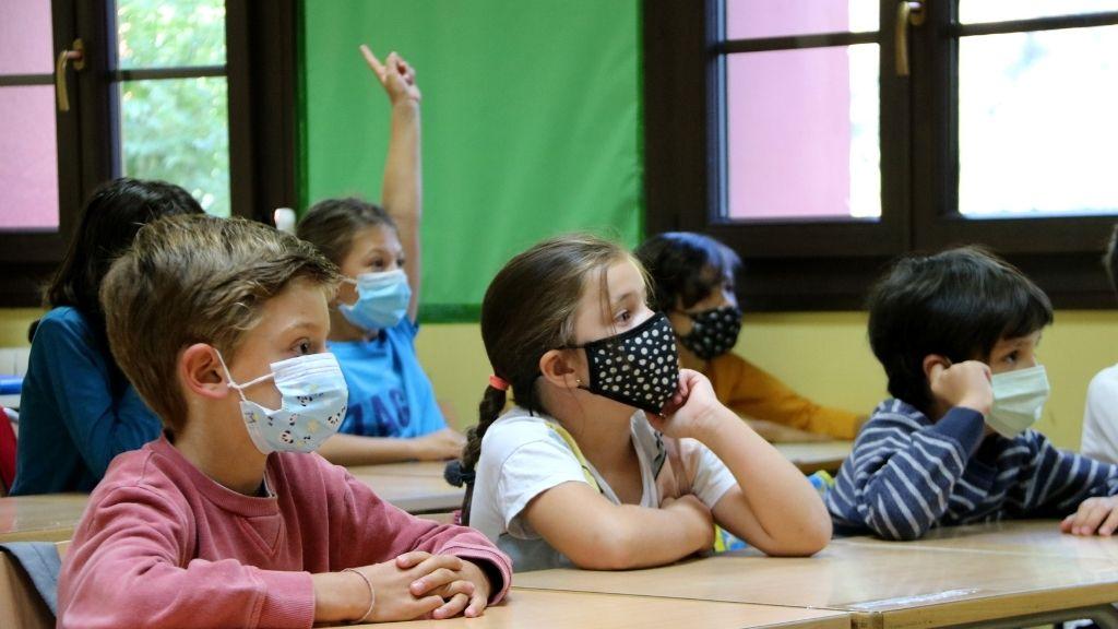 nens amb mascareta en una aula escola