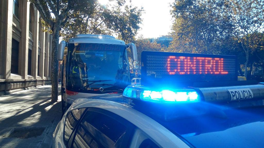 Control de la guàrdia urbana a un autobús escolar