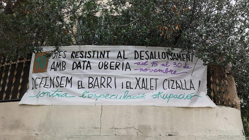 Pancarta del Xalet Cizalla contra el desallotjament