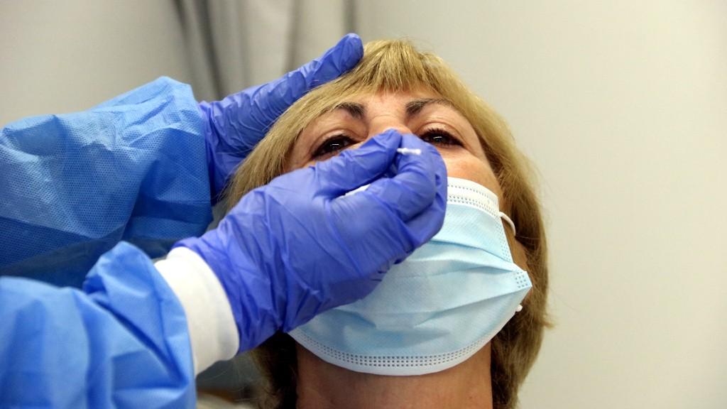 Dona-fent-test-ràpid-antígens