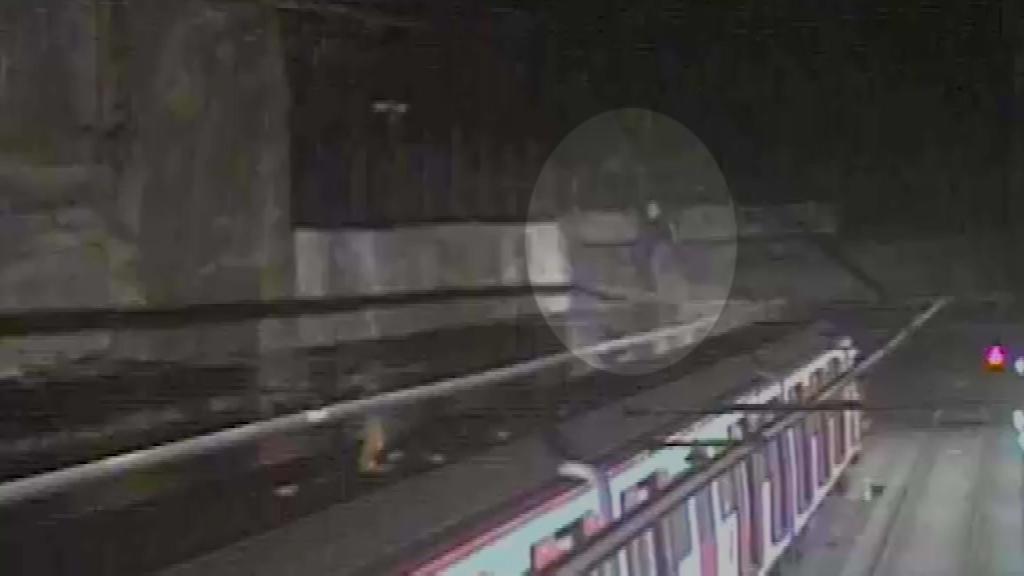 Alguns dels grafiters forçaven els accesos per arribar fins als vagons del metro