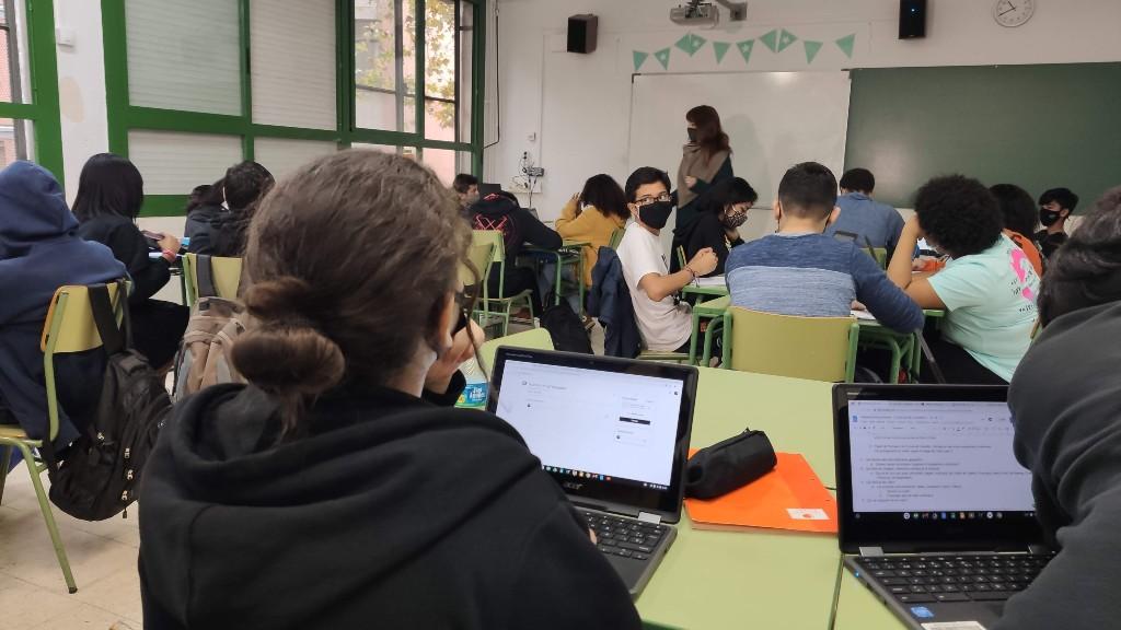 alumnes 3r ESO amb ordinador portatils