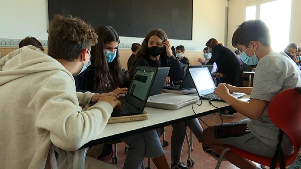 alumnes ESO amb ordinador a classe