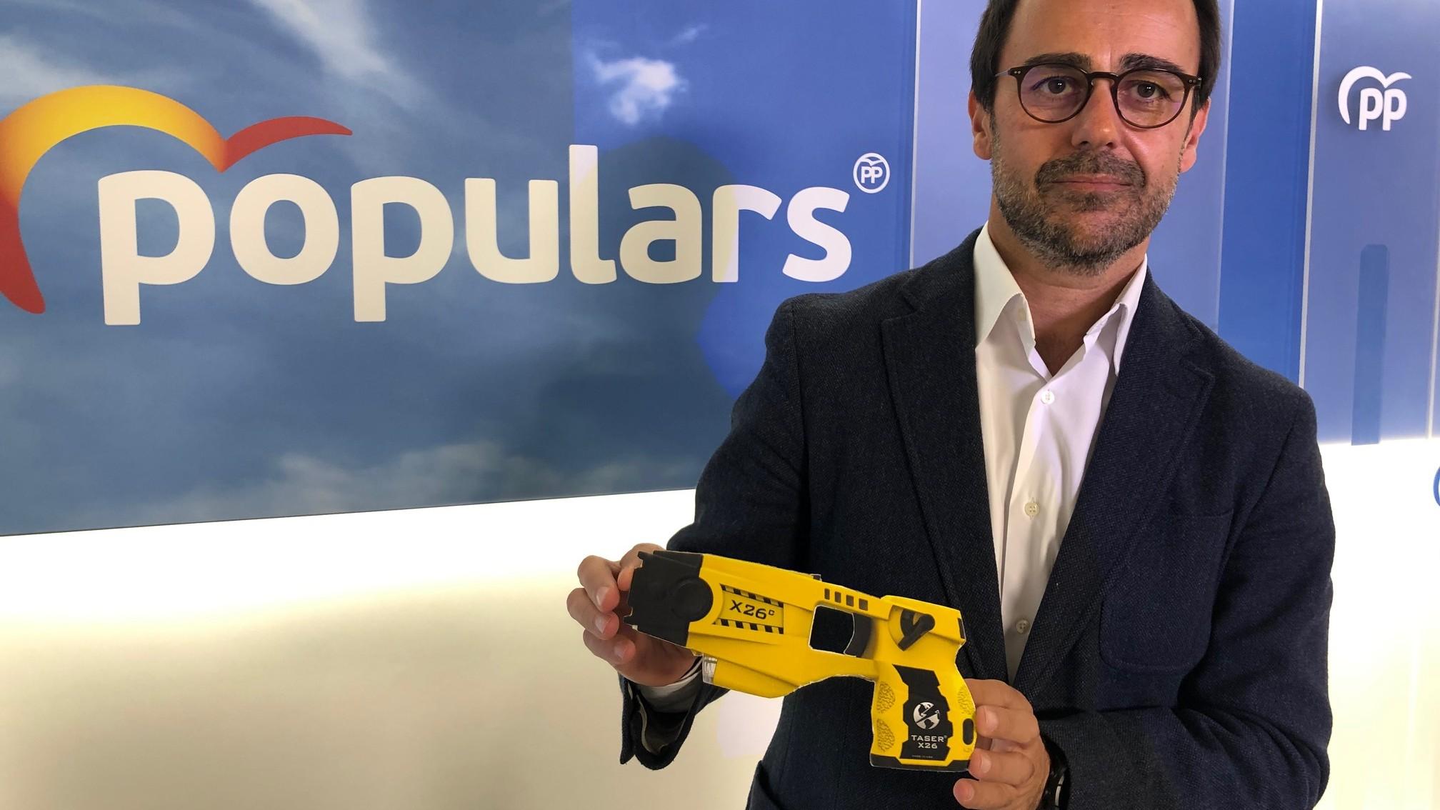 Óscar Ramírez pistola Taser
