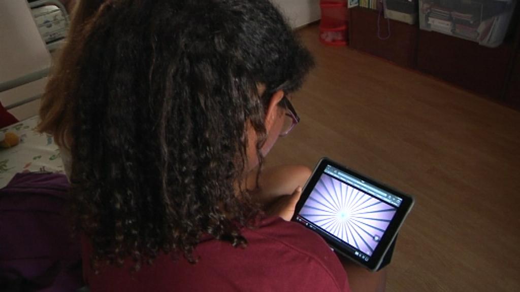 noia mirant una tablet