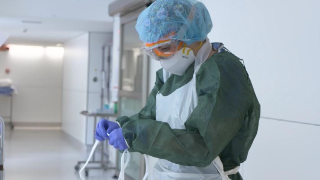 Sanitaria amb equip de proteccio