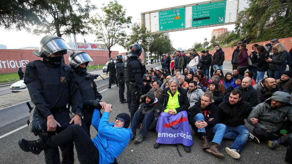 Mossos d'Esquadra retirant un home que es manifestava a les rondes de Barcelona durant la vaga general del 8 de novembre de 2017