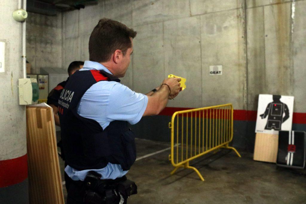 agent de mossos d'esquadra fent pràctiques de taser